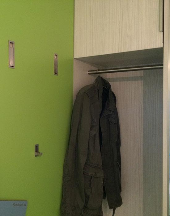 Grüner Jackenschrank im Flur