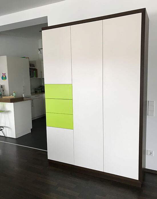 grüner Schrank mit Schubladen geschlossen