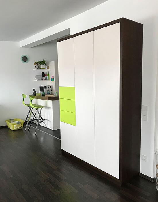 grüner Schrank mit Schubladen geschlossen seitlich
