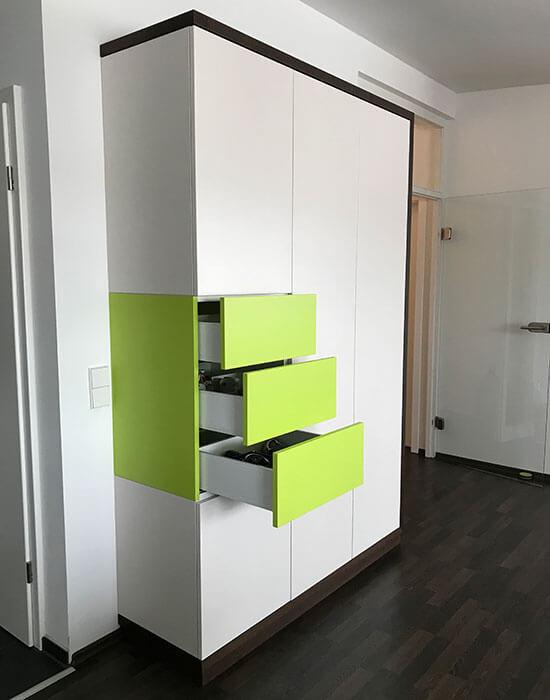 grüner Schrank mit Schubladen offen