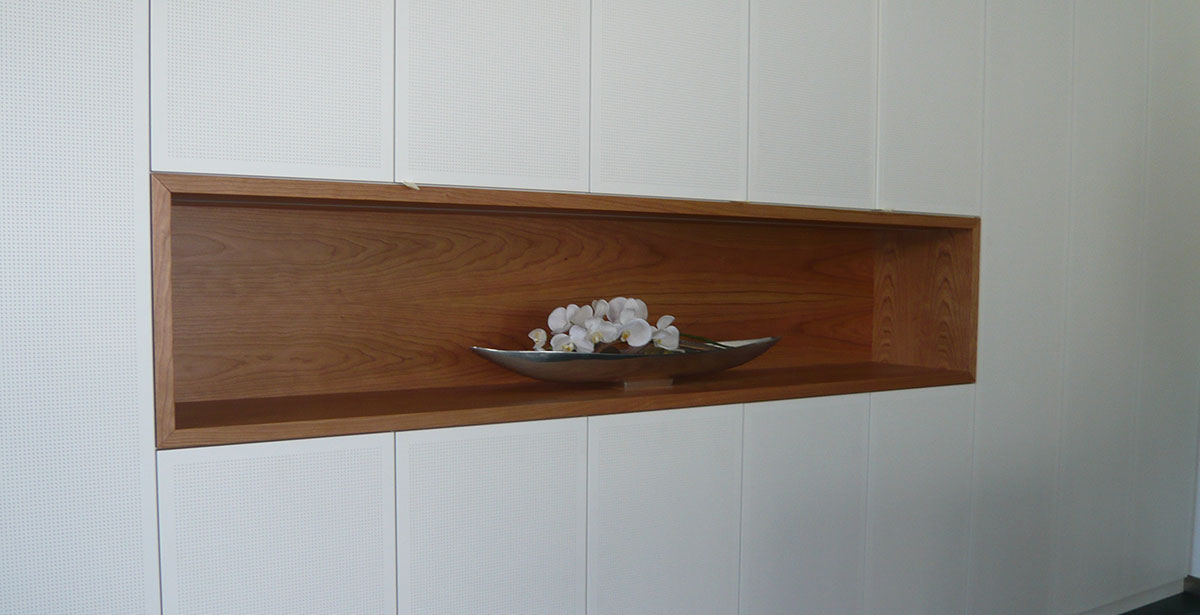 Holzeinbuchtung in der Wand mit Deko-Vase